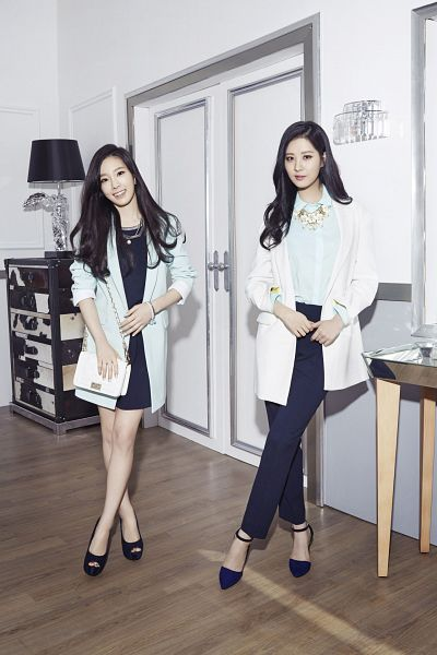 Tags: SM Town, K-Pop, Girls' Generation, Seohyun, Kim Tae-yeon, Duo, Black Dress, White Jacket, Bag, White Outfit, Two Girls, Black Outfit