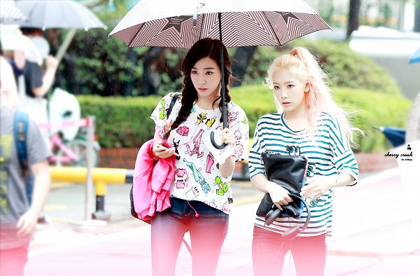 Tags: SM Town, K-Pop, Girls' Generation, Stephanie Young Hwang, Kim Tae-yeon, Ponytail, Braids, Duo, Bag, Two Girls, Striped Shirt, Jeans