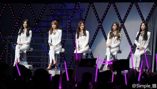 Tags: K-Pop, Girls' Generation, Kwon Yuri, Stephanie Young Hwang, Kim Tae-yeon, Sooyoung, Seohyun, White Pants, High Heels, Quintet, Microphone, Matching Outfit