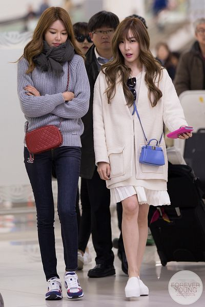 Tags: K-Pop, Girls' Generation, Stephanie Young Hwang, Sooyoung, Scarf, Bare Legs, Glasses, White Jacket, Jeans, Looking Ahead, Sunglasses, Bag