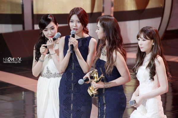 Tags: SM Town, K-Pop, Girls' Generation, Sooyoung, Kwon Yuri, White Dress, Sleeveless Dress, Looking At Another, Bare Shoulders, Sleeveless, Looking Ahead, Quartet