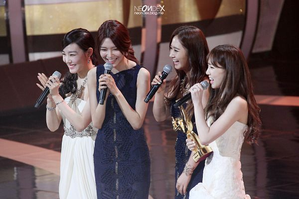 Tags: SM Town, K-Pop, Girls' Generation, Sooyoung, Kwon Yuri, Bracelet, Laughing, Trophy, White Dress, Looking Down, Ponytail, Clapping