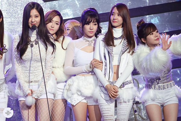 Tags: SM Town, K-Pop, Girls' Generation, Im Yoona, Kim Hyo-yeon, Stephanie Young Hwang, Sunny, Seohyun, Jessica Jung, White Outfit, White Pants, Wave