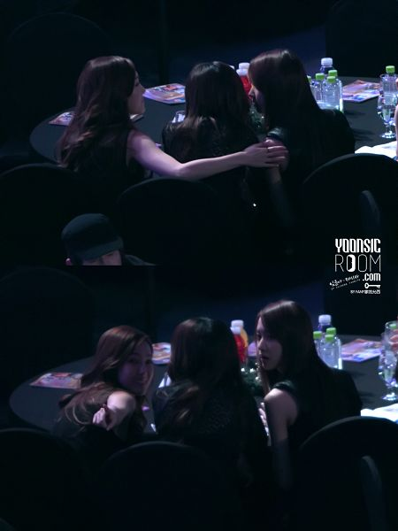 Tags: SM Town, Seoul Music Awards, K-Pop, Girls' Generation, Im Yoona, Sunny, Jessica Jung, Looking Back, Sleeveless, Hand On Arm, Black Outfit, Bare Shoulders