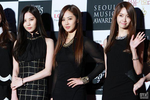 Tags: SM Town, K-Pop, Seoul Music Awards, Girls' Generation, Seohyun, Im Yoona, Kwon Yuri, Dark Background, Checkered, Wave, White Background, Sleeveless Dress