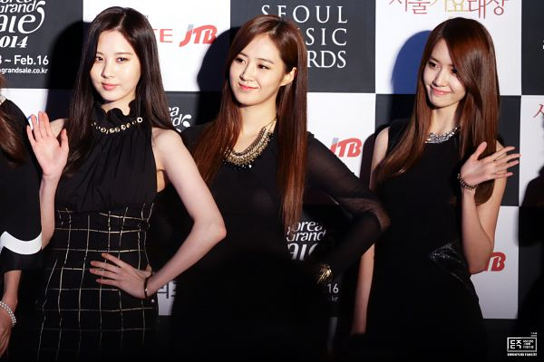 Tags: SM Town, K-Pop, Seoul Music Awards, Girls' Generation, Kwon Yuri, Seohyun, Im Yoona, Trio, Checkered Dress, Black Background, Checkered, Bracelet