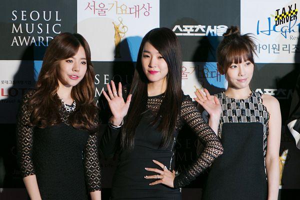 Tags: SM Town, K-Pop, Seoul Music Awards, Girls' Generation, Im Yoona, Stephanie Young Hwang, Sunny, Kim Tae-yeon, Korean Text, Checkered, Wavy Hair, Light Background