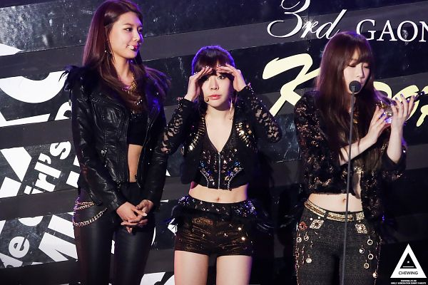 Tags: SM Town, K-Pop, Girls' Generation, Sunny, Kim Tae-yeon, Sooyoung, Covering Mouth, Midriff, Navel, Looking Up, Black Pants, Black Shorts