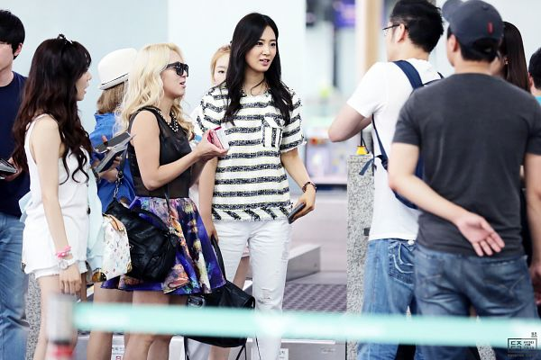 Tags: K-Pop, Girls' Generation, Kwon Yuri, Kim Hyo-yeon, Stephanie Young Hwang, Airport, Sleeveless, Blue Skirt, Skirt, Striped Shirt, Bare Legs, White Pants