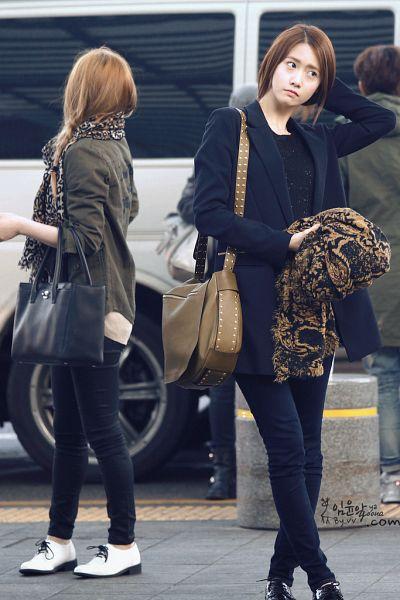 Tags: K-Pop, Girls' Generation, Im Yoona, Jessica Jung, Scarf, Animal Print, Looking Away, Black Neckwear, Green Outerwear, Frown, Looking Back, Crossed Legs (Standing)