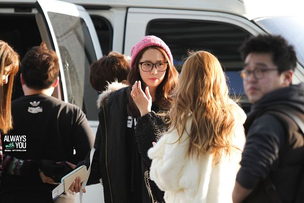 Tags: K-Pop, Girls' Generation, Im Yoona, Jessica Jung, White Jacket, Looking At Another, Pink Headwear, White Outerwear, Black Outerwear, Black Jacket, Hat, Back