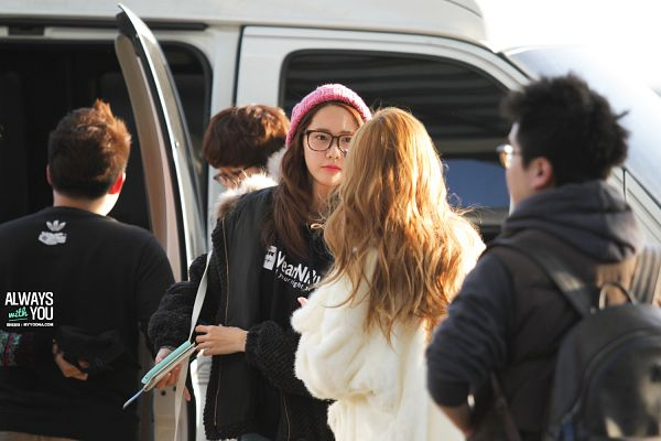 Tags: K-Pop, Girls' Generation, Im Yoona, Jessica Jung, Looking At Another, Black Outerwear, Glasses, Car, Duo, Outdoors, Back, Pink Headwear