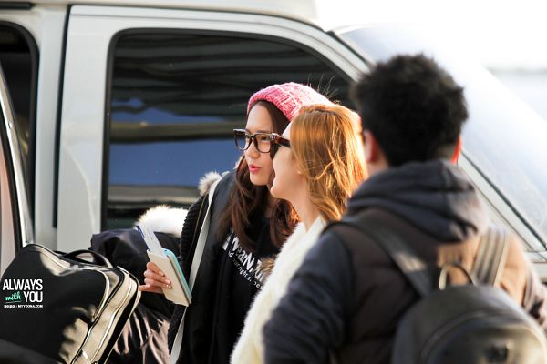 Tags: K-Pop, Girls' Generation, Im Yoona, Jessica Jung, Side View, Pink Headwear, Hat, Two Girls, Glasses, White Outerwear, Sunglasses, Car