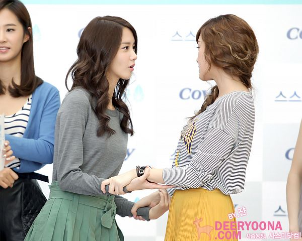Tags: K-Pop, Girls' Generation, Kwon Yuri, Jessica Jung, Im Yoona, Hand On Arm, Skirt, Green Bow, Striped, Striped Shirt, Bow, Gray Shirt