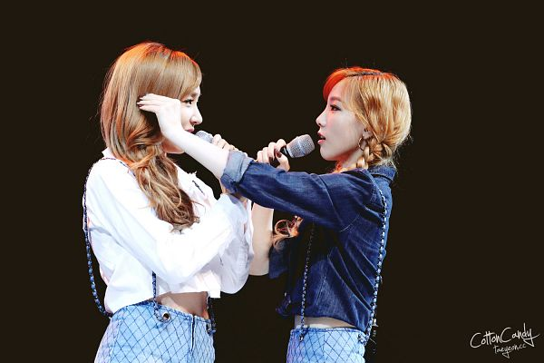Tags: K-Pop, Girls' Generation, Stephanie Young Hwang, Kim Tae-yeon, Dark Background, Shorts, Matching Outfit, Two Girls, Midriff, Covering Mouth, Side View, Checkered