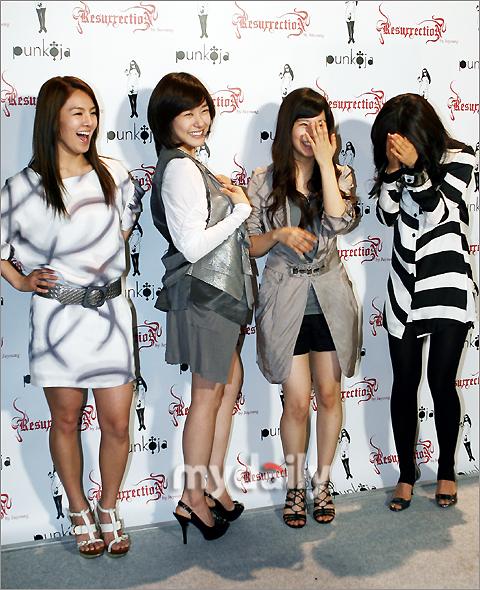 Tags: K-Pop, Girls' Generation, Kim Hyo-yeon, Stephanie Young Hwang, Sunny, Kwon Yuri, High Heels, Black Shorts, Pantyhose, Laughing, Shorts, Striped
