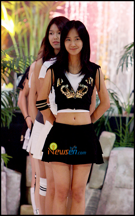 Tags: SM Town, K-Pop, Girls' Generation, Into The New World, Sooyoung, Kwon Yuri, Midriff, Skirt, White Skirt, Black Skirt, Black Outerwear, Two Girls
