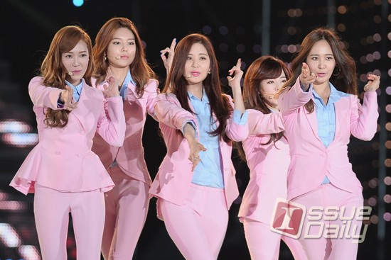 Tags: SM Town, K-Pop, Girls' Generation, Seohyun, Sooyoung, Kwon Yuri, Sunny, Jessica Jung, Group, Blue Shirt, Pink Pants, Pink Jacket