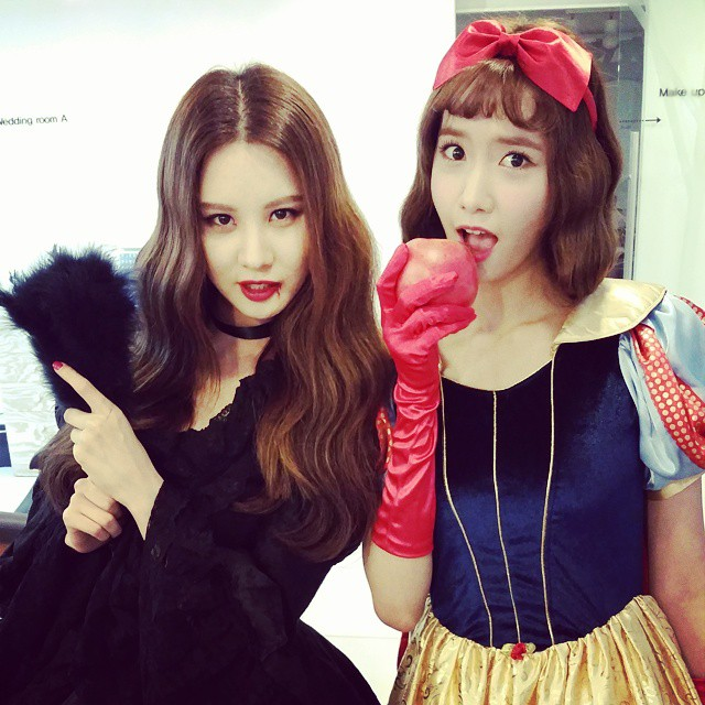 Tags: K-Pop, Girls' Generation, Seohyun, Im Yoona, Hair Bow, Black Outfit, Fruits, Two Girls, Pointing, Long Gloves, Apple, Bow