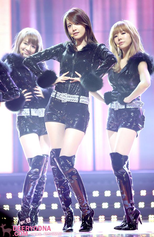 Tags: SM Town, K-Pop, Girls' Generation, HOOT, Im Yoona, Kim Hyo-yeon, Sunny, Black Shorts, Boots, Trio, Black Outerwear, Hand On Hip