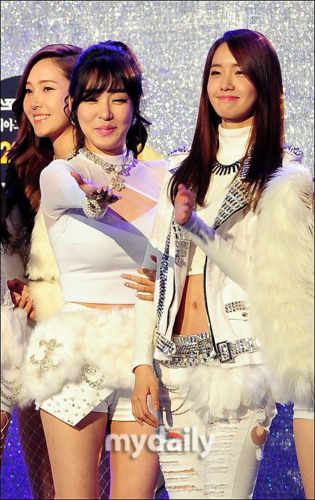 Tags: SM Town, K-Pop, Girls' Generation, I Got A Boy, Im Yoona, Stephanie Young Hwang, Jessica Jung, Pointing, White Shorts, Necklace, Three Girls, Bracelet