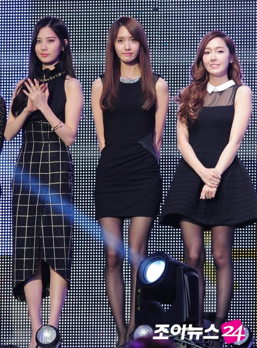 Tags: SM Town, K-Pop, Seoul Music Awards, Girls' Generation, Seohyun, Im Yoona, Jessica Jung, Black Dress, Sleeveless Dress, Wavy Hair, Pantyhose, Bare Shoulders