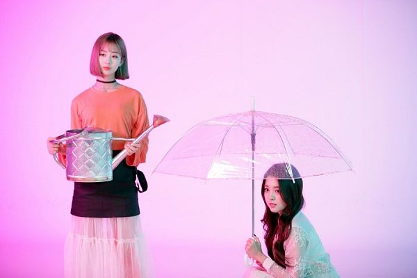Tags: K-Pop, Berry Good, Kang Sehyung, Daye, Black Skirt, Orange Shirt, Choker, Simple Background, Two Girls, Pink Background, Earrings, Umbrella
