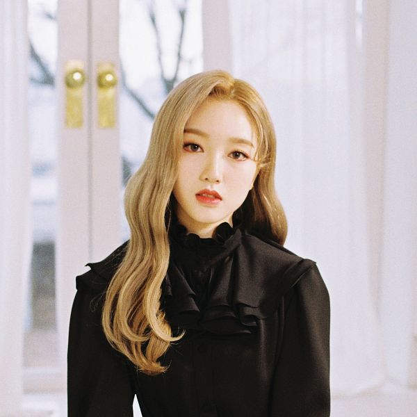 Tags: K-Pop, LOOΠΔ, Go Won, Serious, Make Up, Black Shirt, Window