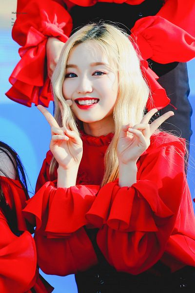 Tags: K-Pop, LOOΠΔ, Go Won, Red Lips, Blonde Hair, Red Shirt, Shorts, Blue Background, V Gesture, Black Shorts, Matching Outfit