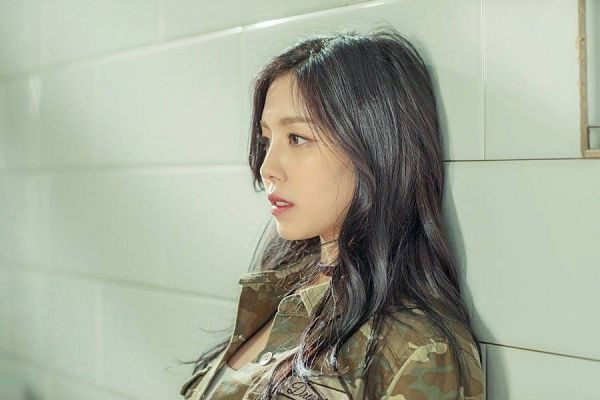 Tags: K-Pop, Berry Good, Gowoon, Leaning On Wall, Wavy Hair, Camouflage Print, Leaning Back, Close Up, Serious, Glory