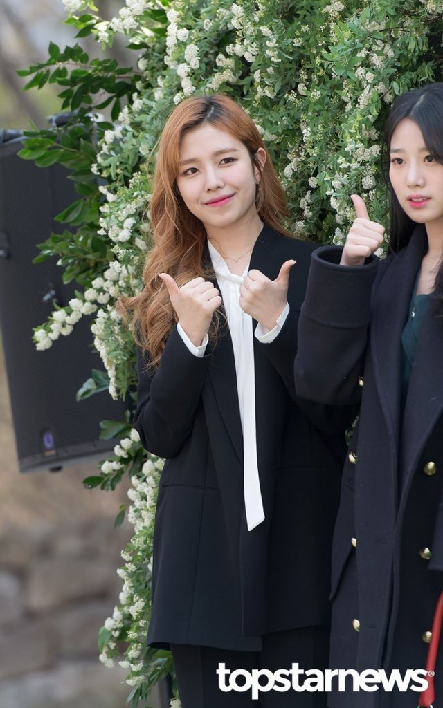 Tags: K-Pop, Berry Good, Gowoon, Coat, Necklace, Red Hair, Topstarnews