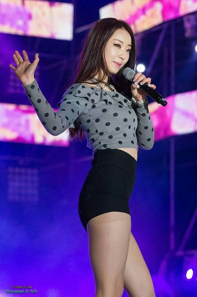 Tags: K-Pop, Nine Muses, Gyeongree, Gray Shirt, Spotted Shirt, Midriff, Bare Legs, Wave, Spotted, Black Shorts, Shorts, Toto
