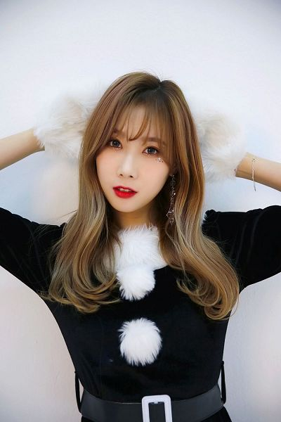 Tags: K-Pop, Dreamcatcher, Handong, Red Lips, White Background, White Gloves, Black Dress, Hand On Hand, Belt, Christmas, Black Outfit, Glitter