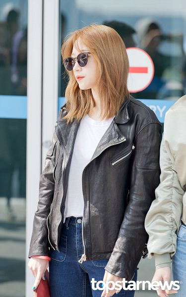 Tags: K-Pop, EXID, Hani, Sunglasses, Looking Away, Jeans, Holding Object, Leather Jacket, Airport, Glasses, Android/iPhone Wallpaper, Topstarnews