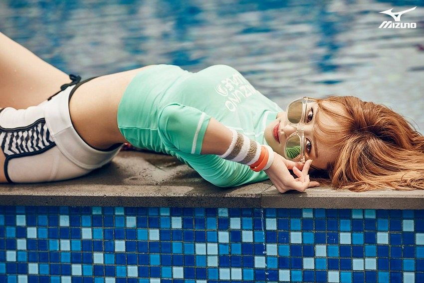 Tags: K-Pop, EXID, Hani, Green Shirt, Glasses, Sunglasses, Swimming Pool, Shorts, Red Hair, White Shorts, Midriff, Mizuno