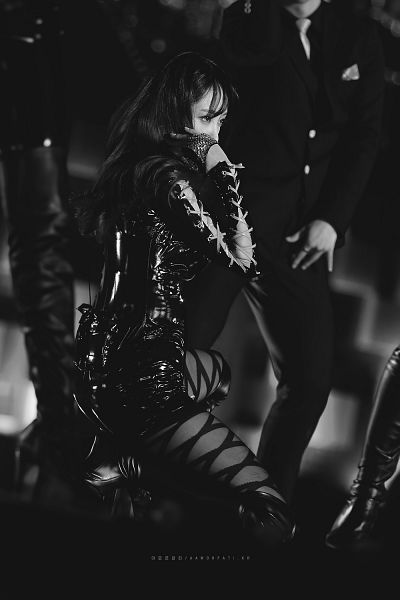 Tags: K-Pop, EXID, Hani, Covering Mouth, Black Shorts, Looking Ahead, Kneeling, Pantyhose, Shorts, Monochrome, Amor Fati., Android/iPhone Wallpaper