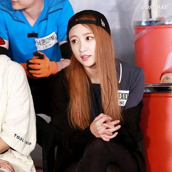 Tags: K-Pop, EXID, Hani, Black Headwear, Black Pants, Crossed Legs