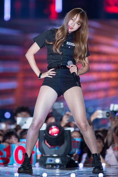 Tags: K-Pop, EXID, Hani, Text: Artist Name, Shorts, Make Up, Looking Away, Bare Legs, Belt, Shoes, Black Footwear, Bracelet