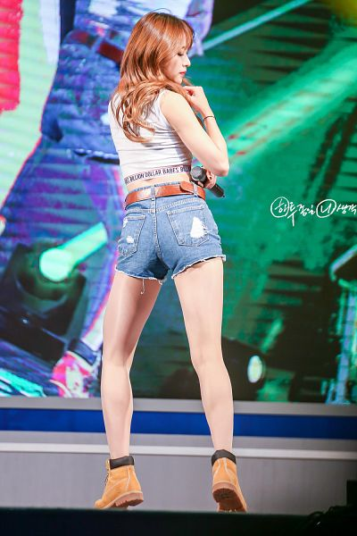 Tags: K-Pop, EXID, Hani, Eyes Closed, Brown Footwear, Belt, Sleeveless, Bare Shoulders, Jeans, Shoes, Bare Legs, Boots