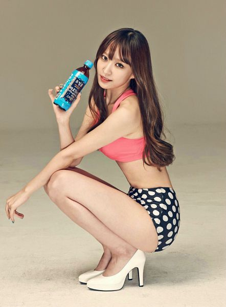 Tags: K-Pop, EXID, Hani, Midriff, Bare Shoulders, Bottle, Spotted Shorts, Shorts, White Footwear, Arm On Knee, High Heels, Bare Legs