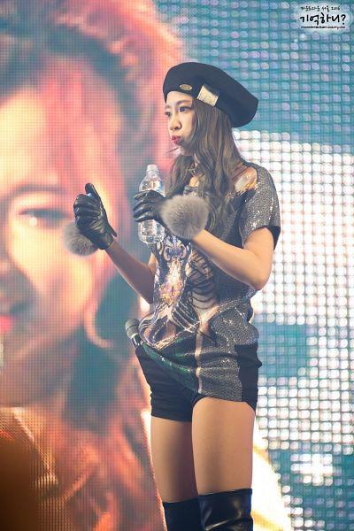 Tags: K-Pop, EXID, Hani, Black Headwear, Hat, Looking Ahead, Bare Legs, Gray Shirt, Drinking, Black Gloves, Drinks, Shorts
