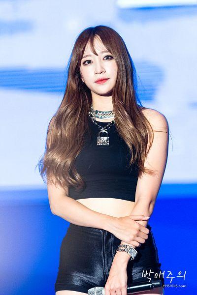 Tags: K-Pop, EXID, Hani, Sleeveless, Sleeveless Shirt, Shorts, Bare Shoulders, Black Shirt, Necklace, Hand On Arm, Leather Shorts, Bracelet