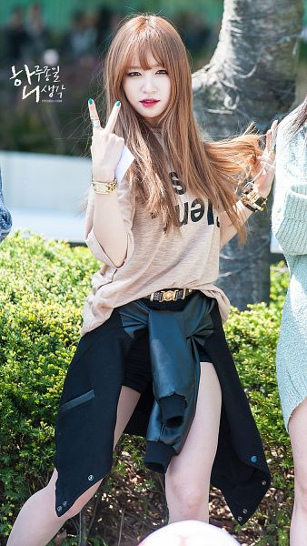 Tags: K-Pop, EXID, Hani, V Gesture, Black Shorts, Outdoors, Nail Polish, Watch, Black Outerwear, Make Up, Black Jacket, Bare Legs