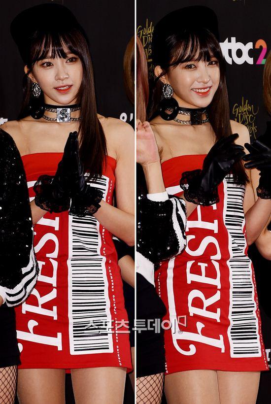 Tags: K-Pop, EXID, Hani, Sleeveless, Sleeveless Dress, Gloves, Choker, Red Outfit, Black Headwear, Black Gloves, Looking Away, Bare Shoulders