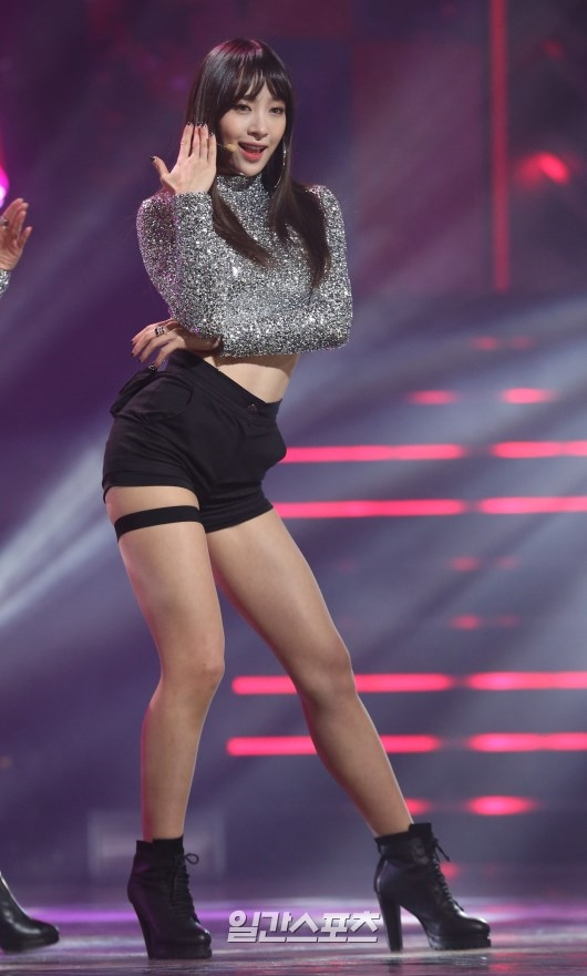 Tags: K-Pop, EXID, Hani, Looking Ahead, Shorts, Silver Shirt, High Heels, High Heeled Boots, Boots, Black Footwear, Black Shorts, Midriff