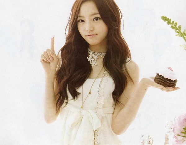 Tags: K-Pop, KARA, Hara Goo, White Bow, Cupcake, Pointing, White Outfit, White Dress, Sweets, Light Background, Wavy Hair, Bow