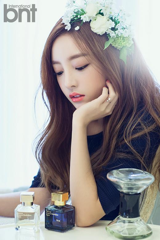 Tags: K-Pop, KARA, Hara Goo, Eyes Half Closed, Looking Down, Perfume Bottle, Chin In Hand, Text: Magazine Name, International Bnt