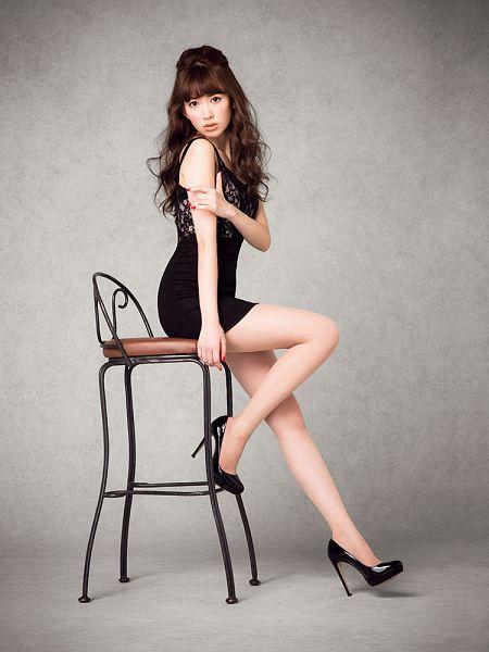 Tags: J-Pop, AKB48, Haruna Kojima, Wavy Hair, High Heels, Bare Shoulders, Black Outfit, Chair, Bare Legs, Black Dress, Hand On Arm, Sitting On Chair