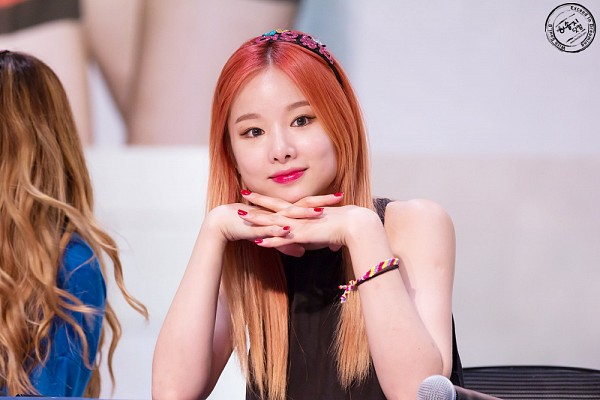 Tags: K-Pop, EXID, Heo Solji, Looking Ahead, Multi-colored Hair, Nail Polish, Sleeveless, Make Up, Bracelet, Bare Shoulders, Hairband, Sleeveless Shirt