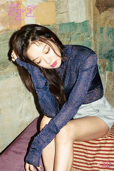 Tags: K-Pop, EXID, Heo Solji, Blue Shirt, Text: Artist Name, Korean Text, Hand In Hair, Looking Down, Text: Song Title, Shorts, Full Moon (EXID)